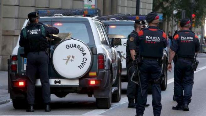 Agentes de los Mossos y de la Guardia Civil en el registro de la Conselleria de Exteriores el año pasado.