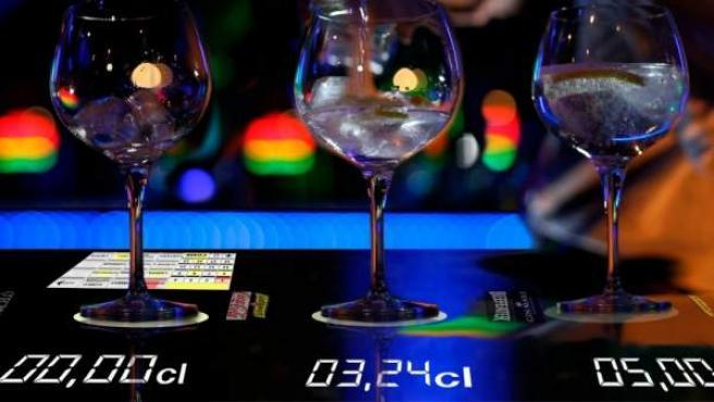 Imagen de la barra de bar que mide la cantidad de alcohol que se sirve.