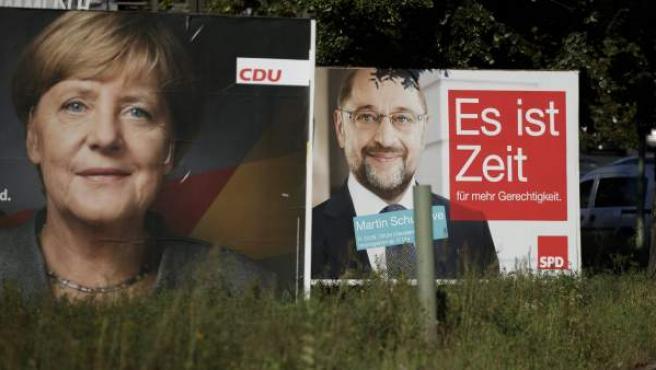 Vista de dos carteles electorales en los que aparecen la canciller alemana y líder de la Unión Cristianodemócrata, Angela Merkel, y su rival, el aspirante socialdemócrata, Martin Schulz.