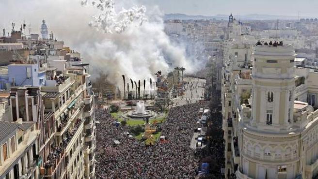 La plaza del Ayuntamiento de València, llena de gente durante el disparo de una mascletà.