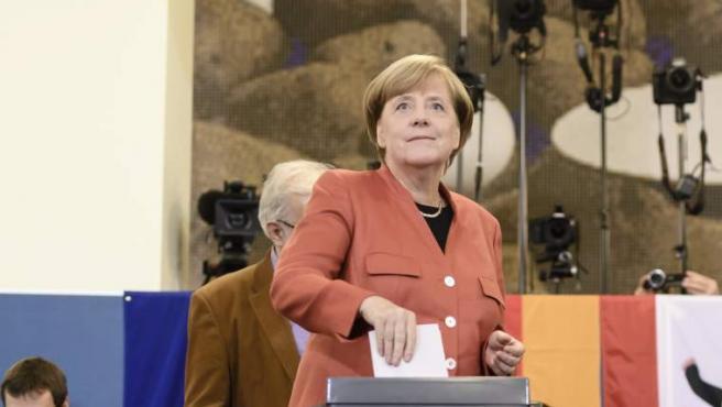 La canciller alemana Angela Merkel emitió su voto en una mesa de votación en Berlín, Alemania-