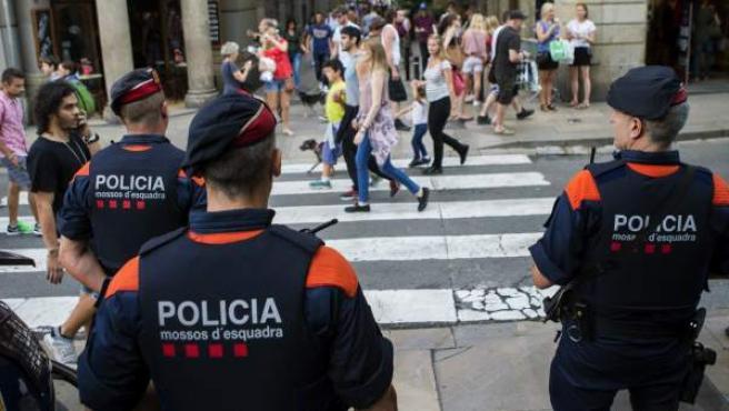 Una unidad de los Mossos d'Esquadra por las calles del centro de Barcelona con motivo de las fiestas de la Mercè.