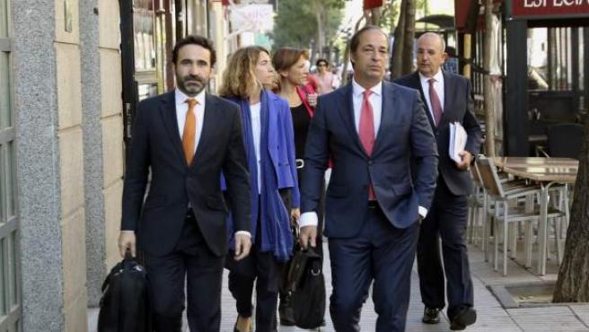 Los cuatro abogados y el procurador que han comparecido ante el Tribunal de Cuentas en representación de Artur Mas y varios exaltos cargos del Govern imputados por un supuesto desvío de dinero por la consulta del 9N.