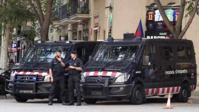 Diversos Mossos d'Esquadra patrullan los alrededores de la Sagrada Familia.