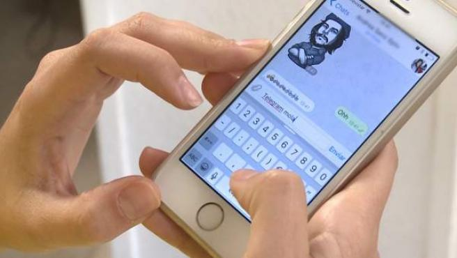 Una persona manda mensajes a través de Telegram.