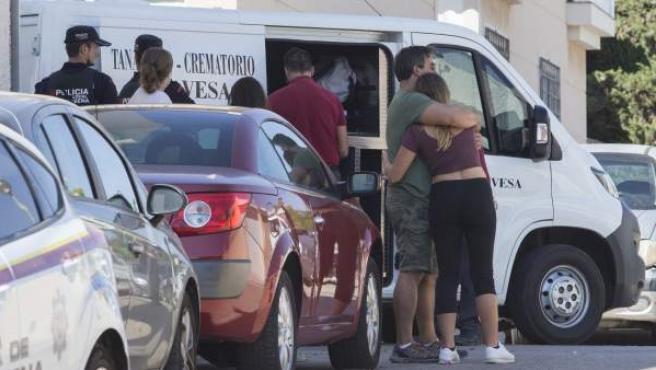 Familiares y vecinos de la joven de unos 20 años que ha muerto en Cartagena, tras ser supuestamente agredida con un arma blanca por su expareja, de 22 años.