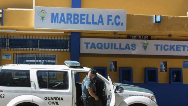 Registro de la Guardia Civil en las instalaciones del estadio del Marbella F. C.