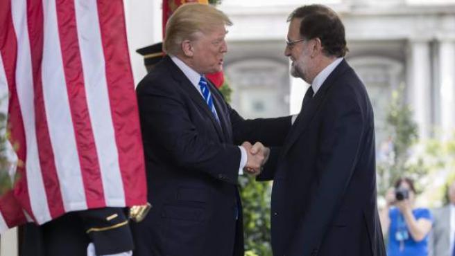 Donald J. Trump saluda a Mariano Rajoy a su llegada a la Casa Blanca.