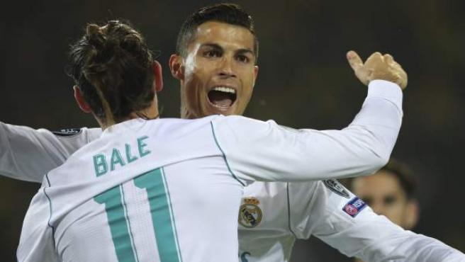 Cristiano Ronaldo y Gareth Bale se abrazan tras un gol del Real Madrid al Borussia Dortmund.