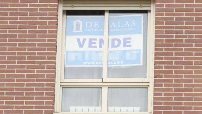 Cartel de 'Se vende' en la ventana de una vivienda.