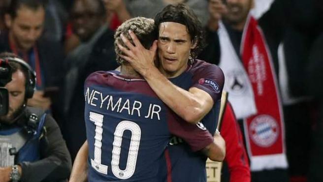 Neymar y Cavani, del PSG, se abrazan tras el gol del uruguayo ante el Bayern.