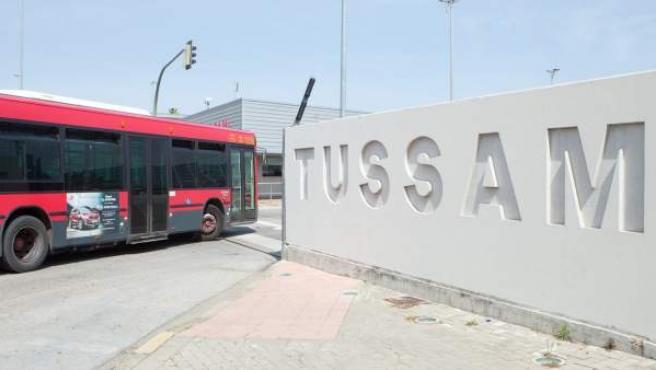 Un vehículo de Tussam entrando en las instalaciones de la empresa.