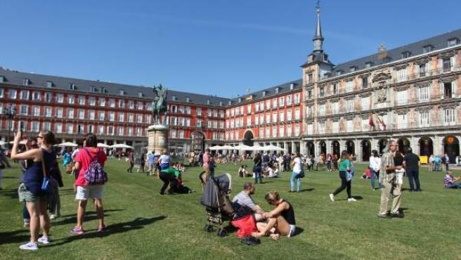 La Plaza Mayor de Madrid llena de césped.