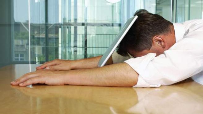 El estrés laboral está vinculado a un bajo rendimiento.