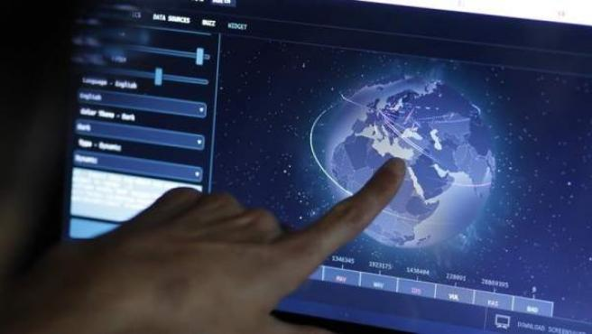 Un ingeniero revisa un mapa en directo con las posibles amenazas de un ciberataque global, en su oficina en Estambul, Turquía.