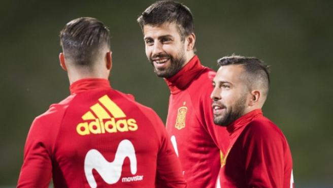 Los jugadores de España Sergio Ramos (i), Gerard Pique (c) y Jordi Alba participan en un entrenamiento.