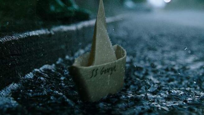 La primera y emblemática escena de 'IT', donde el barquito de papel de Georgie se dirige hacia la alcantarilla.