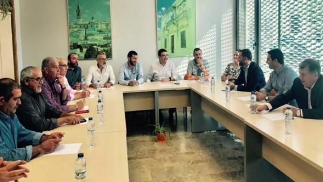 El PSOE se reúne con representantes del sector agrario en Rociana.