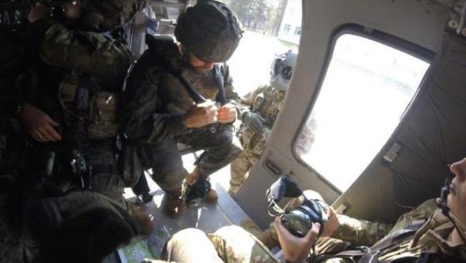 Militares españoles de la BRI X en un helicóptero en Letonia