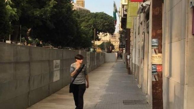 Un peatón pasea por alameda principal ampliada zona obras metro málaga