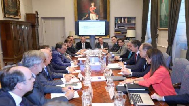 De la Serna se reúne con empresarios y colectivos profesionales