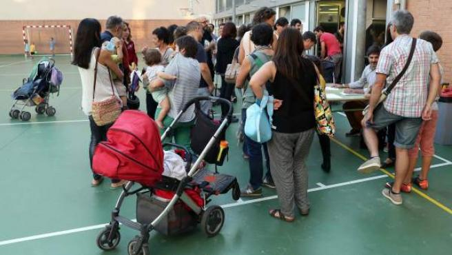 Imagen de padres en un colegio catalán.
