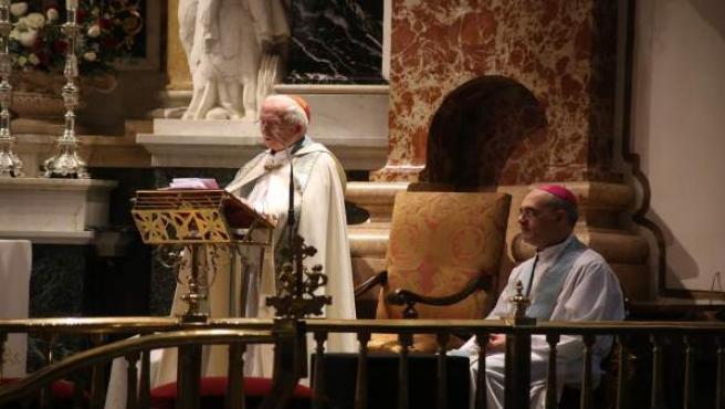 El cardenal Cañizares, de pie