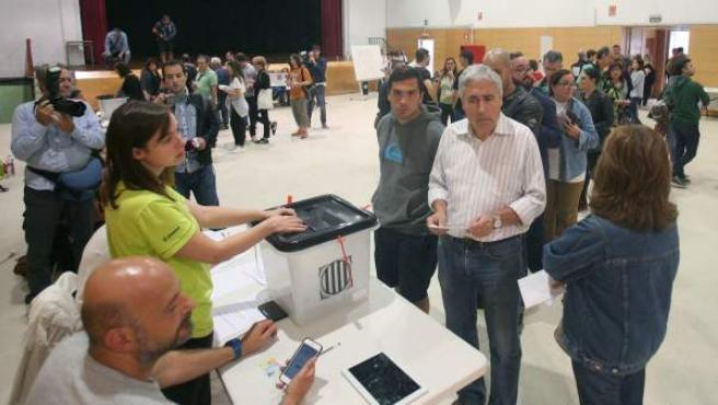 La gente votando en el IES Antoni Martí i Franqués de Tarragona para el referéndum de Cataluña del 1-O.