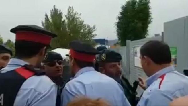 Varios vídeos difundidos a través de la red social Twitter muestran cómo agentes de los Mossos d'Esquadra y de la Guardia Civil se encaran durante algunas de las actuaciones realizadas por las fuerzas de seguridad del Estado para impedir la celebración del referéndum.
