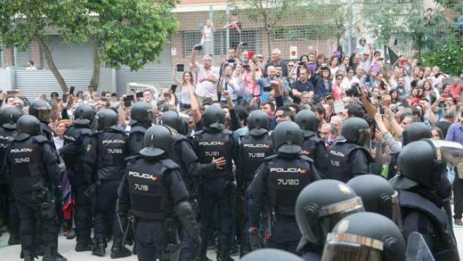 Agentes de la policía nacional forman un cordón policial en el IES Tarragona durante la jornada del 1-O.
