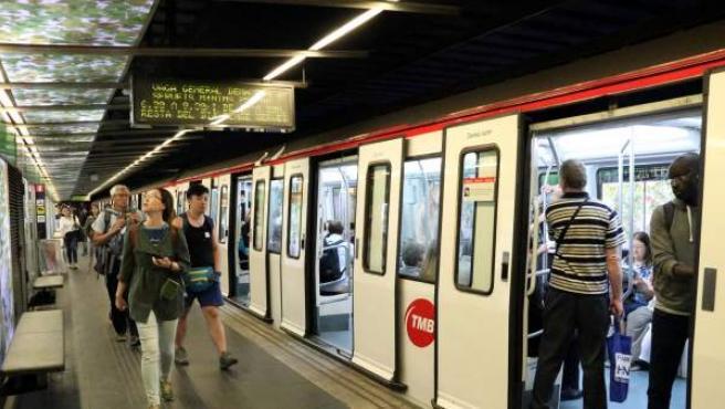 Pasajeros en la parada del metro de Liceu, en una imagen de archivo.