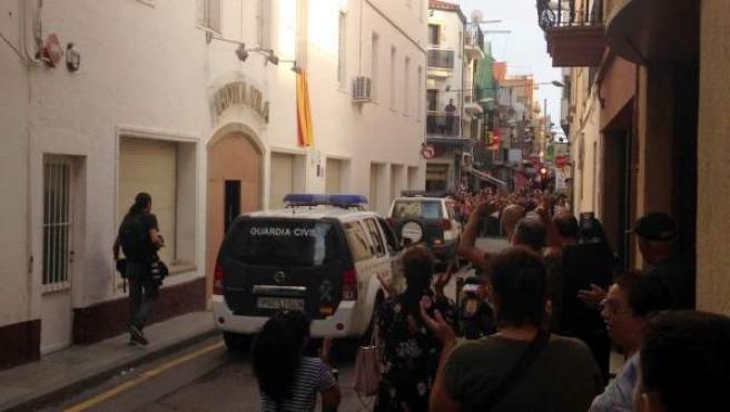 Dos vehículos de la Guardia Civil esperan los últimos agentes pendientes de desalojar el Hotel Vila de Calella.