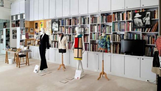 Una imagen del interior del estudio de Yves Saint Laurent, que ahora alberga el museo del diseñador francés. En el centro de la imagen se aprecia su famoso 'vestido Mondrian'.