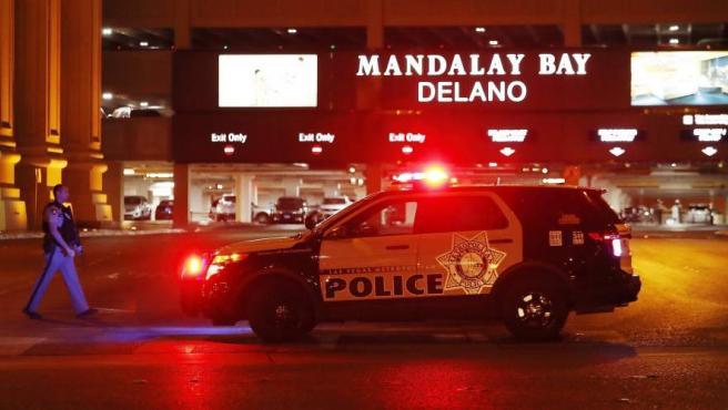 Un vehículo policial, a la entrada del hotel Mandalay Bay, cerca del lugar desde donde Stephen Paddock abrió fuego ante la multitud en Las Vegas.