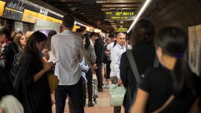 Aglomeración de pasajeros en la parada de Verdaguer con motivo de la huelga general convocada hoy por CGT en Cataluña , que ha arrancado en Barcelona con el metro funcionando al 40 % y los autobuses al 30 %, por encima de los servicios mínimos decretados por la Generalitat.