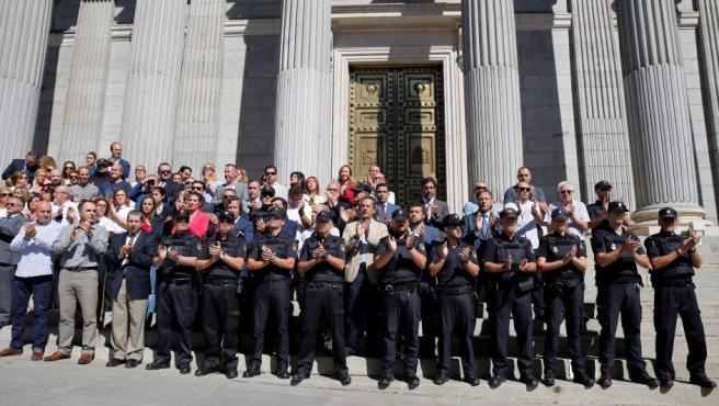 Medio centenar de policías nacionales destinados en el Congreso, acompañados de diputados del PP y C's y de funcionarios de las Cortes, se concentran en protesta por el acoso que están sufriendo sus compañeros en Cataluña.