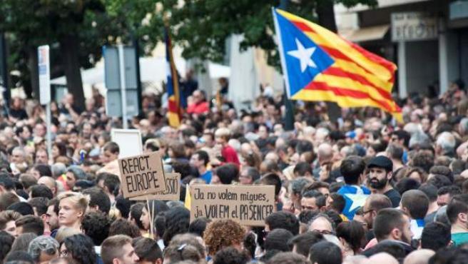 Unas 30.000 personas, según la Policía Local, se han concentrado ante la delegación de la Generalitat en Girona con motivo de la manifestación del sector educativo convocada allí para protestar por los sucesos del 1-O.