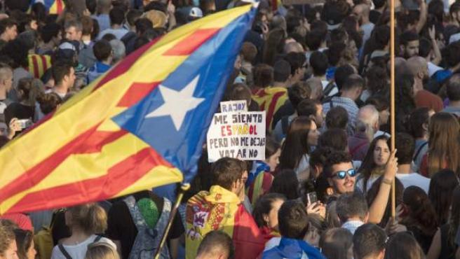 Manifestación en protesta por las cargas policiales del 1-O.