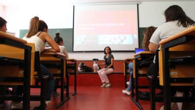 La profesora Nuria Máximo Bocanegra en el aula con sus alumnos de cuarto de Terapia Ocupacional.