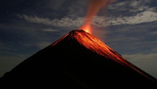 El volcán de Fuego en una foto de archivo de una erupción anterior.