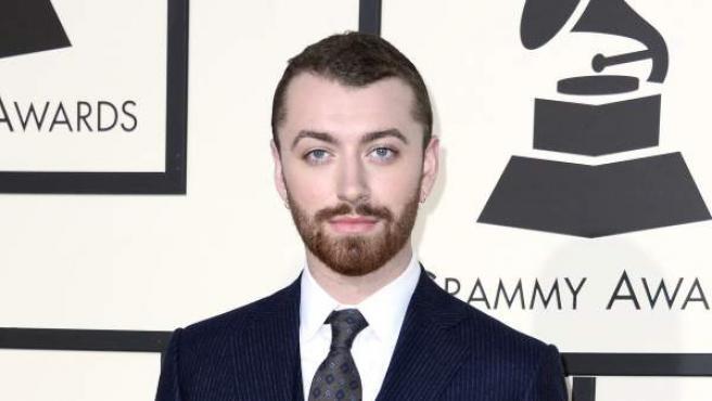 Sam Smith posa a su llegada para la ceremonia de entrega de los 58 premios Grammy de 2016 en el Staples Center de Los Ángeles, California (EE UU).
