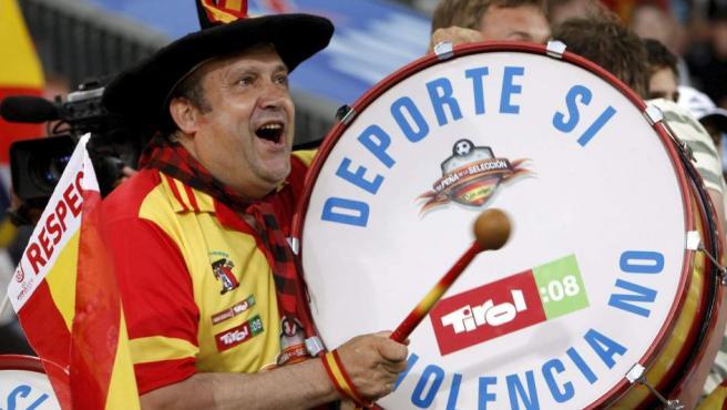 Manolo el del Bombo animando a la selección española en 2008.