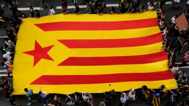 Miles de estudiantes se manifiestan, portando una estelada gigante, por la Via Laietana de Barcelona durante la jornada de paro general en Cataluña.