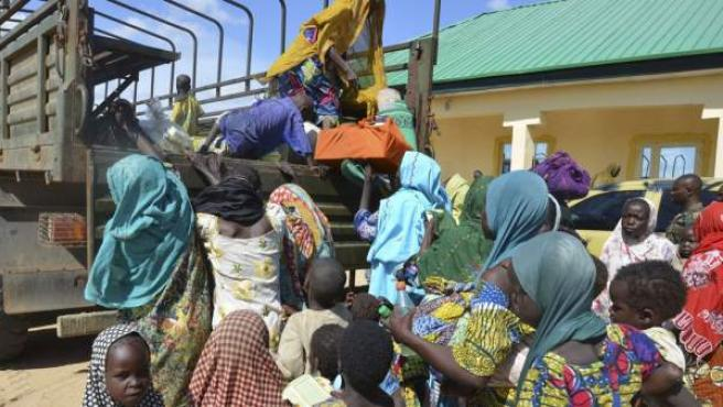 Mujeres y niños rescatados del grupo extremista Boko Haram por soldados nigerianos, en el norte de Nigeria.