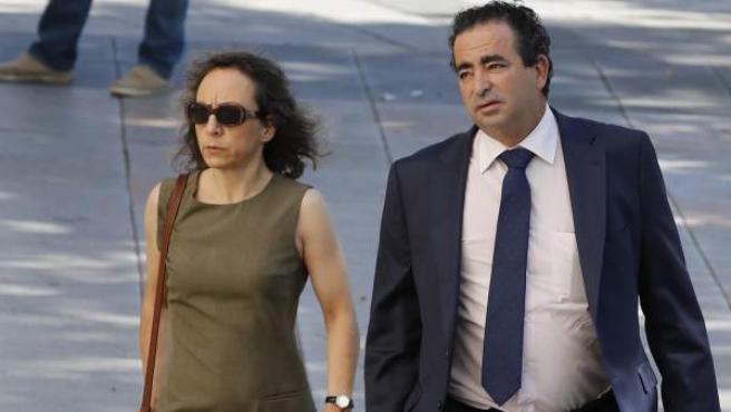 <p>Noelia de Mingo, acompañada de su abogado en las inmediaciones de los juzgados de Plaza Castilla en Madrid.</p>
