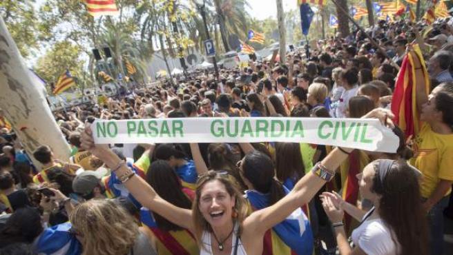 Centenares de personas se concentran ante el Tribunal Superior de Justicia de Cataluña (TSJC).