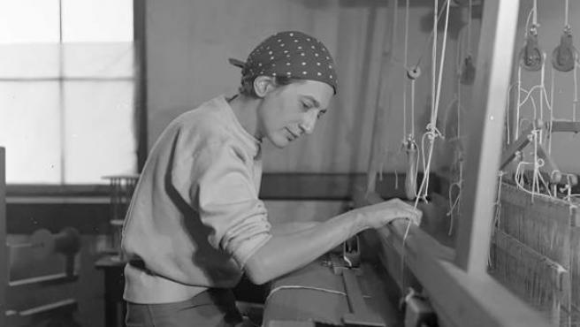 Anni Albers en su estudio del Black Mountain College, 1937. Fotografía: Helen M. Post © The Josef and Anni Albers Foundation, VEGAP, Bilbao, 2017