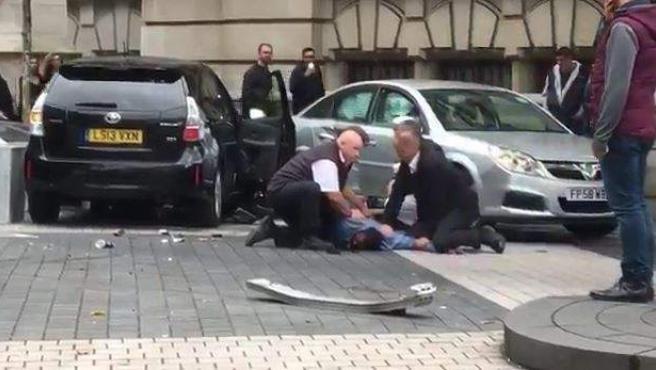 Momento en el que el supuesto autor de un atropello masivo en Londres es detenido.
