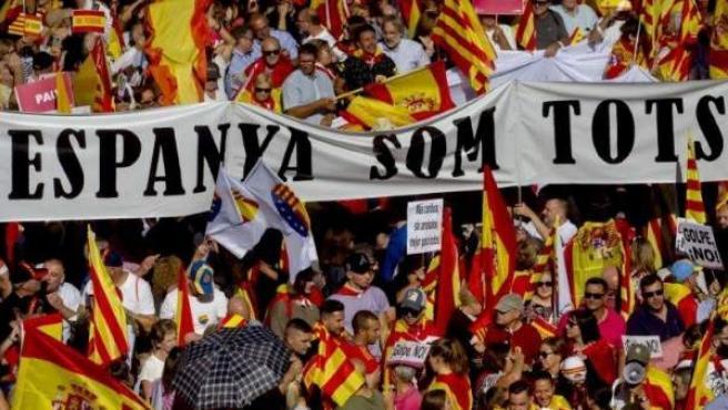Un momento de la manifestación a favor de la unidad de España que recorrió el centro de Barcelona.