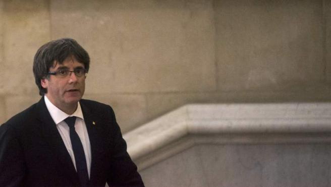 El presidente de la Generalitat, Carles Puigdemont, a su llegada al Parlamento donde comparece para explicar la situación política y en la que podría anunciar una eventual declaración de independencia de Cataluña.